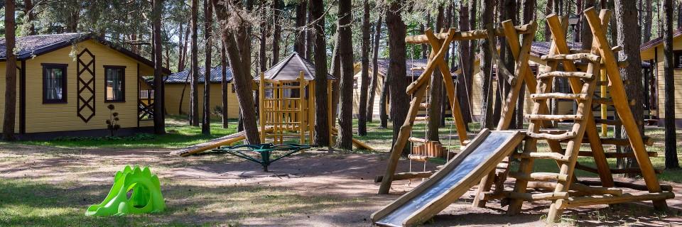 Naujai sutvarkyti takeliai, įrengta vaikų žaidimų aikštelė, vieta automobiliui
